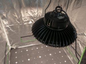 Eine Vollspektrum LED-Pflanzenlampe ist bereit für die Messung.