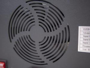 Durch die Schlitze ist der Lüfter der LED-pflanzenlampe gut zu erkennen